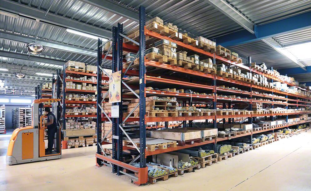 SPB hat sein Lager mit verschiedenen Lagerlösungen ausgestattet: Movirack-Verschieberegale, herkömmliche Palettenregale, Kommissionierregale und <em>Drive-in</em>-Kompaktregale