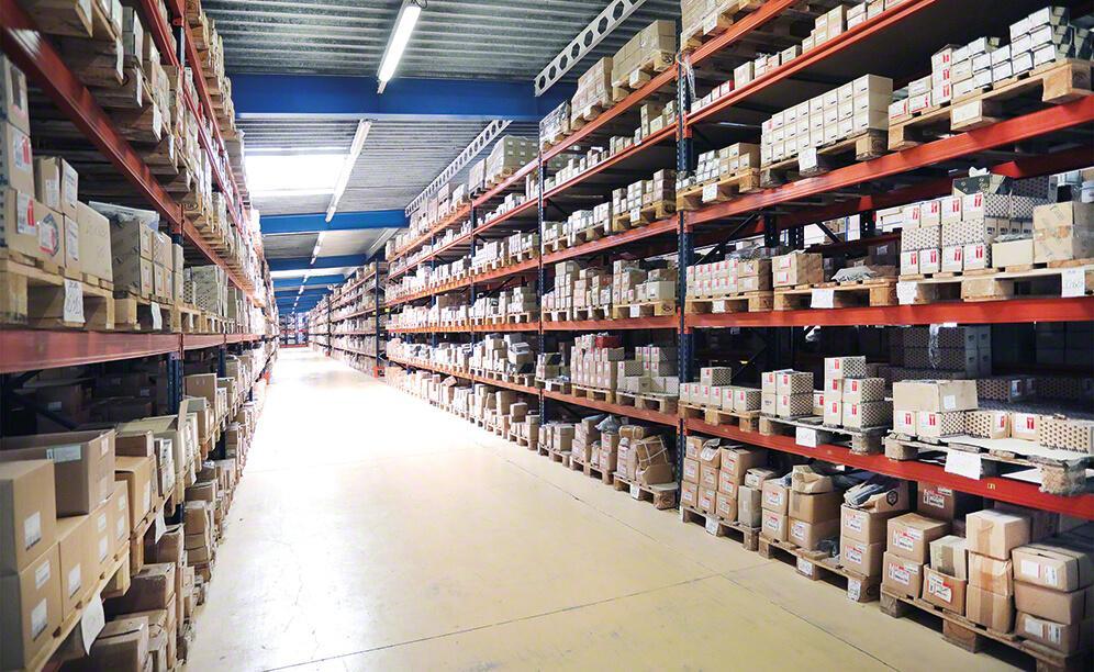 Auf den herkömmlichen Palettenregalanlagen und den Kommissionierregalen werden die Aufträge direkt von der Palette bzw. aus den auf den Regalböden stehenden Behältern zusammengestellt