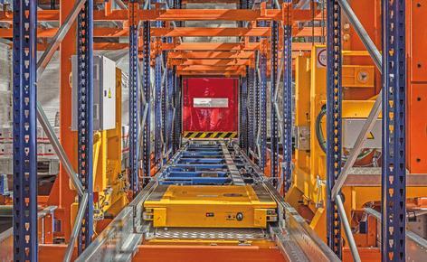Es wurde eine vollautomatische Version des Pallet Shuttles installiert, die ein Regalbediengerät als Transportgerät verwendet