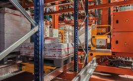 Der Pallet-Shuttle-Wagen befindet sich im Schlitten des Regalbediengeräts in einer Höhe etwas unterhalb der Auflageebene der Palette