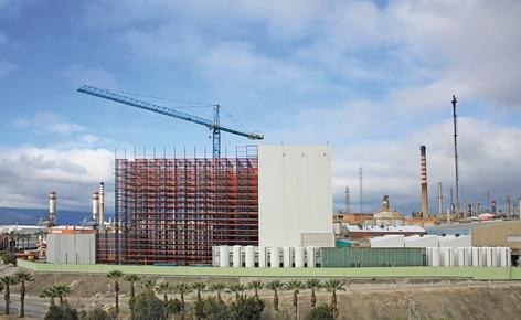 Mecalux baut für Cepsa ein 37 m hohes automatisiertes Lager, das mit den Produktionslinien verbunden ist