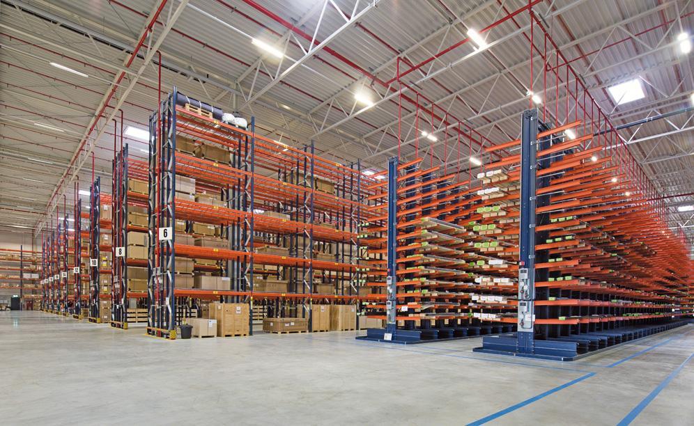 Mecalux hat herkömmlichen Palettenregalanlagen und Kragarmregale für sperrige und schwere Produkte geliefert