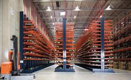 Die Kragarmregale sind 8 m hoch und speziell für die Lagerung überlanger Lasten konzipiert