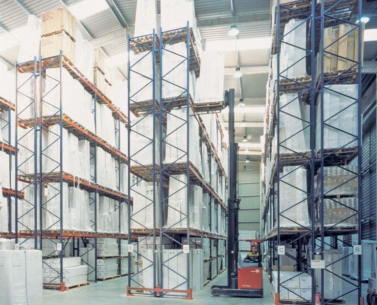 Statische Palettenregalanlagen in einem Lager für Logistikunternehmen.