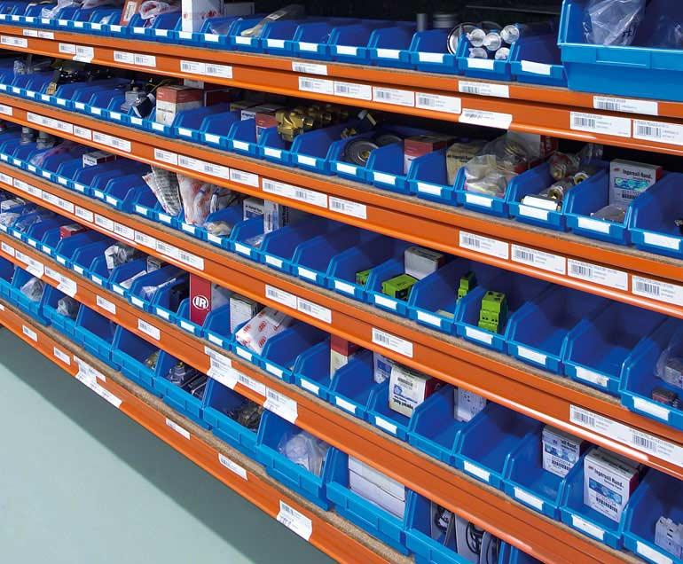 Unternehmen für Industriebelieferung. Die Produkte werden in Euroboxen gelagert.