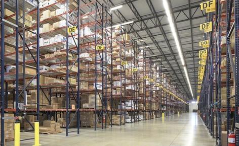 Palettenregale lösen die Raumprobleme des Bekleidungsgroßhändlers SanMar in seinem Vertriebszentrum in Dallas