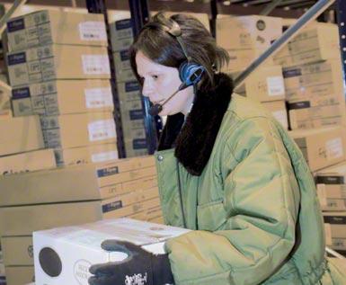 Das Pick by Voice System in einem automatisierten Logistikzentrum.