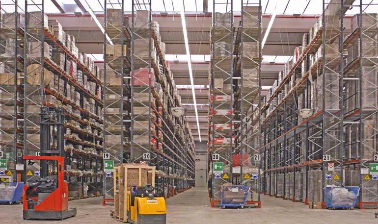 Regalbediengeräte lagern die Produkte im Zentrallager ein.