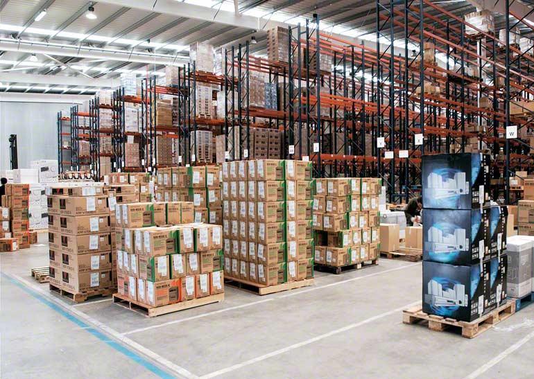 Auf Paletten gestapelte Kisten in einem Lager für Kurier- und Distributionsdienste.