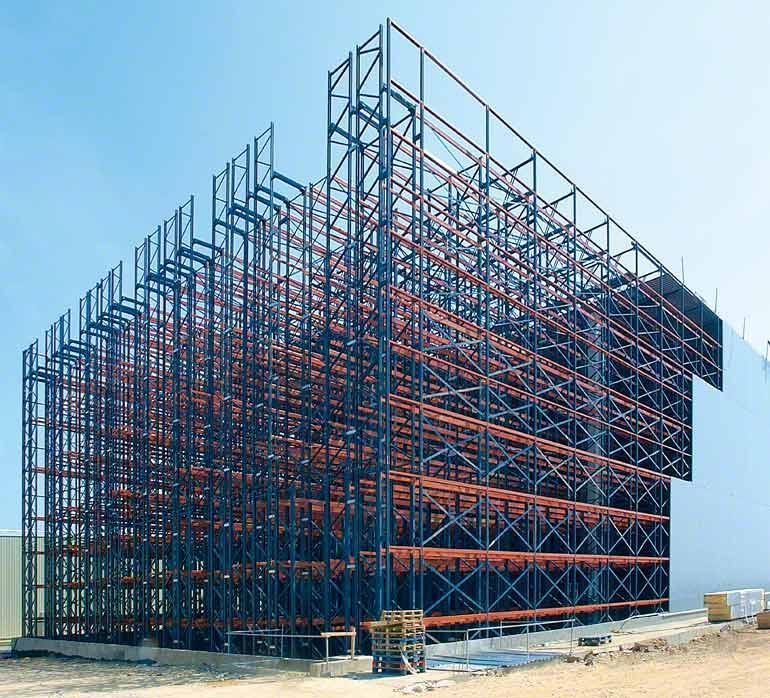In selbsttragenden Lagern besteht basiert die Gebäudestruktur auf den Regalinstallationen.
