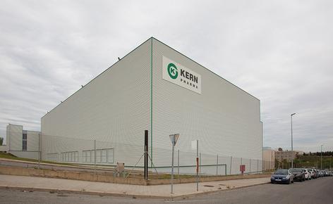 Mecalux hat ein neues automatisches Hochregallager in Silobauweise mit einer Fläche von 2000 m², einer Höhe von 26 m und einer Länge von 84 m gebaut