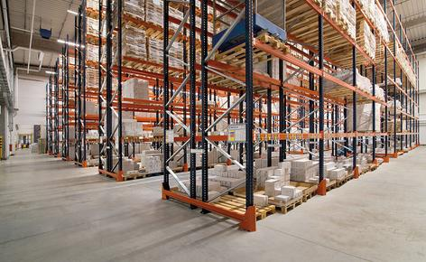 Mecalux hat die herkömmlichen Palettenregalanlagen installiert, die einen direkten Zugang zur Ware ermöglichen und eine Lagerkapazität für 10.906 Paletten haben