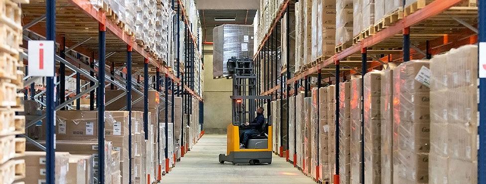 Palettenregale im Lager des Logistikunternehmens Dometrans in Frankreich