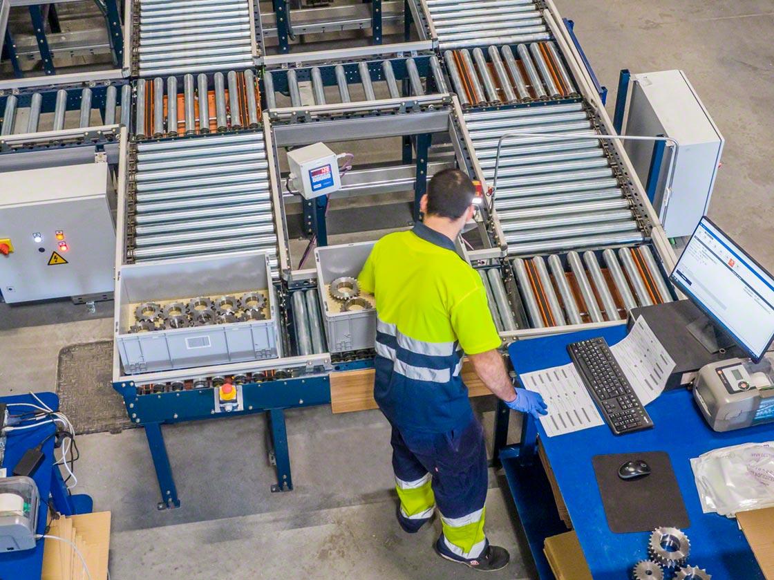 En un almacén semiautomático, los transportadores dinamizan el flujo interno de mercancía y acercan los productos hasta las estaciones de picking