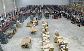 Luftbild des Lagers von Tradeinn mit Bereich für Warenempfang und Weitspannregale M7 für schwere Lasten