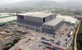 Hayat Kimya's selbsttragendes Lager während des Aufbaus. Für die selbsttragende Struktur wurden 10.000 Tonnen Stahl verbaut