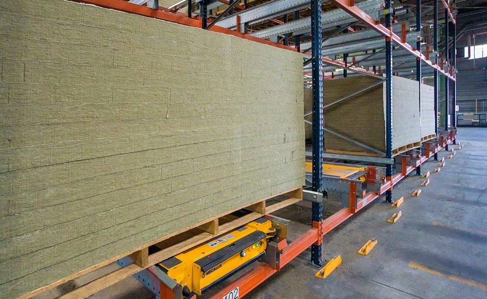 Hat Mecalux einen Block mit Kompaktregalen mit Pallet-Shuttle-System installiert, der eine Lagerkapazität von 336 Paletten besitzt